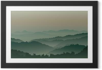 Lámina Enmarcada Verdes montañas en la niebla