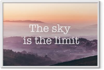 Obrazek w ramie Niebo jest granicą, mgliste góry w tle