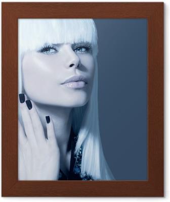 Carta da Parati Vogue stile Ritratto di modello. Ragazza con i capelli  bianchi e neri Nails • Pixers® - Viviamo per il cambiamento e6633472f8f4