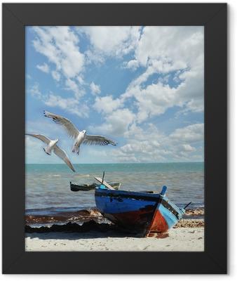 Urlaubs-Erinnerung: Strand mit Fischerboot und Möwen Framed Poster