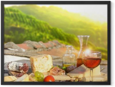 mediterrane Köstlichkeiten serviert auf Terrasse in Italien Framed Poster