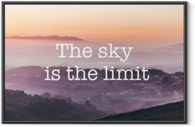 Póster Enmarcado El cielo es el límite, fondo de montañas brumosas.