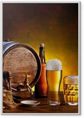 Gerahmtes Poster Beer barrel mit Bier Gläser auf einem Holztisch.