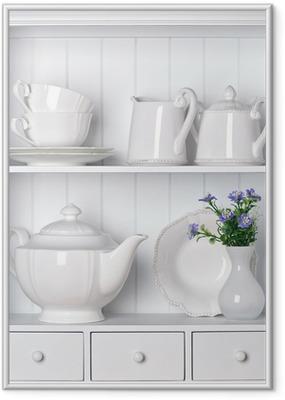 Gerahmtes Poster Weiß Regal mit Vintage-Porzellan-Geschirr