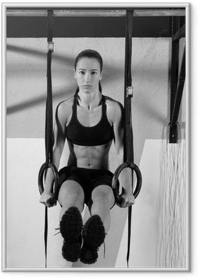 Gerahmtes Poster Crossfit dip Ring Frau Training im Fitness-Studio Tauch
