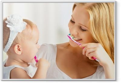 c716b19aa16719 Plakat w ramie Dziewczynka matka i córka razem szczotkowanie zębów