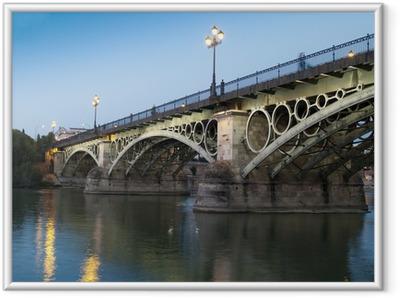 Triana Bridge, den ældste bro i Sevilla ved skumringen Indrammet plakat