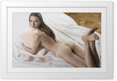 Poster i Ram Sexig naken flicka liggande på vitt säng med kudde i famnen