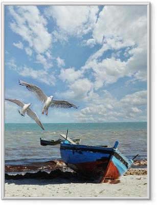 Gerahmtes Poster Urlaubs-Erinnerung: Strand mit Fischerboot und Möwen