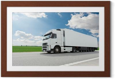 Poster en cadre Camion avec remorque blanc sur le ciel bleu