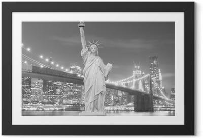 Poster i Ram Brooklyn Bridge och Frihetsgudinnan på natten