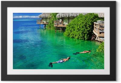 Póster Enmarcado Pareja joven snorkel en aguas limpias durante arrecife