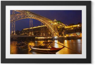 Gerahmtes Poster Nachtansicht einer Brücke in Portugal