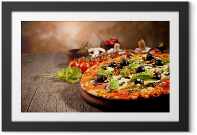 Plakat w ramie Pyszne świeże pizzy podawane na drewnianym stole