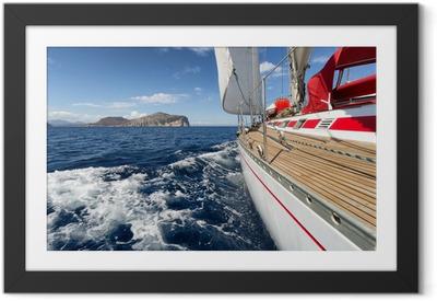 Ingelijste Poster Zeilboot in Sardinië kust, Italië