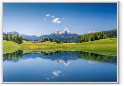 Idyllinen kesä maisema vuoristojärvellä ja alpeilla Kehystetty juliste
