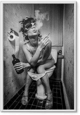Ingelijste Poster Meisje zit in een toilet