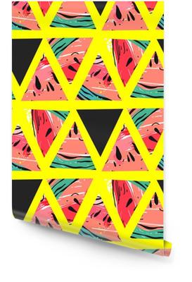 Hand getrokken vector abstracte collage naadloze patroon met watermeloen motief en driehoek hipster vormen geïsoleerd op kleur achtergrond. ongebruikelijke decoratie voor bruiloft, verjaardag, mode weefsel, bewaar deze datum. Behangrol